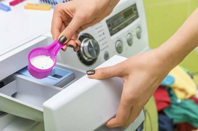 Pod lupę wzięto skuteczność proszków do prania białych tkanin. Specjaliści z laboratorium sprawdzili skuteczność usuwania plam oraz wpływ proszków różnych