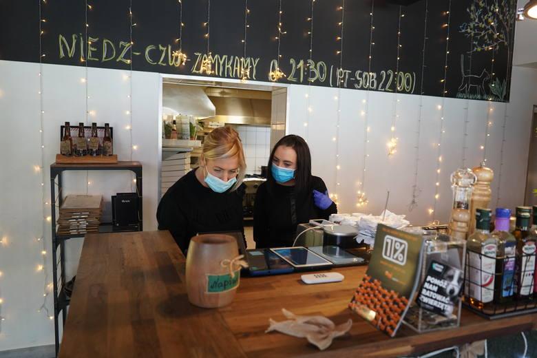 Szczaw i Mirabelki to pierwsza poznańska restauracja, która zdecydowała się otworzyć swój lokal i obsługiwać gości przy stolikach. W Wielkopolsce na