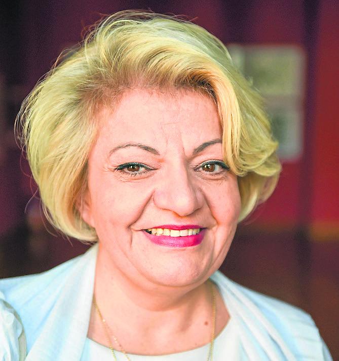 Izabela Ziętara jest biologiem. Studia ukończyła na toruńskim UMK. Od 2007 roku szefuje szkole przy ul. Żwirki i Wigury w Toruniu