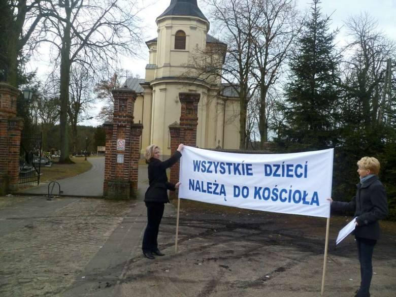 Pod kościołem parafianie protestowali, domagając się odwołania księdza