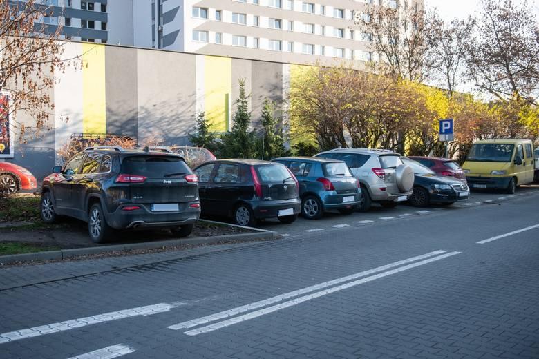 Przy budynku Wydziału Spraw Obywatelskich i Uprawnień Komunikacyjnych parking jest płatny co jest zmorą mieszkańców pobliskich ulic Gronowej i Wyżyny.