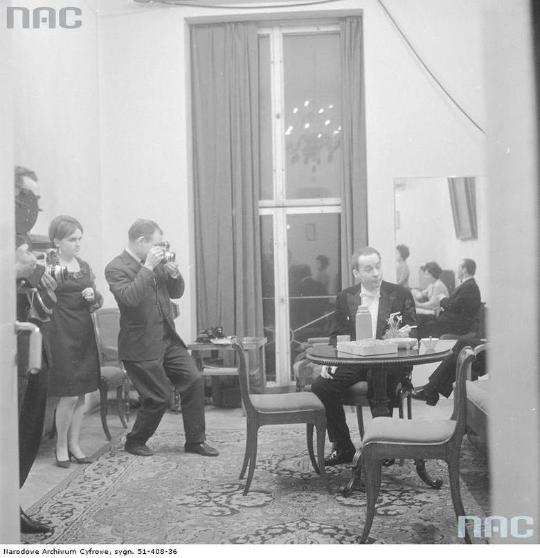 Dyrygent Witold Rowicki w kuluarach filharmonii przed koncertem