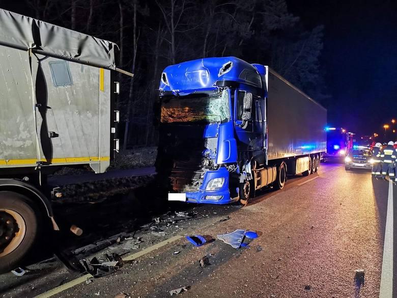 W piątek około godz. 19, w Tryńczy w pow. przeworskim doszło do zdarzenia drogowego. Kierujący samochodem ciężarowym najechał na tył innej ciężarówki.