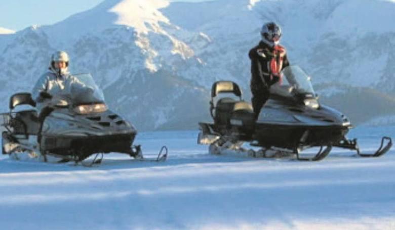 Wyprawa skuterem śnieznym w nieznane. 1-godzinna wyprawa na skuterach śnieżnych po górskich trasach z pięknymi widokami na Tatry. Uczestnicy otrzymają
