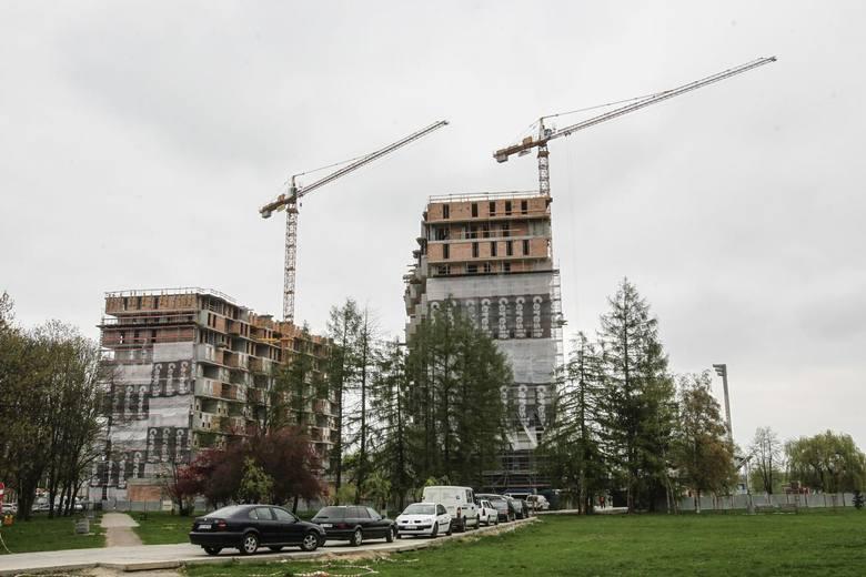 Nad Wisłokiem, obok Zalewu, powstają dwa mieszkalne wieżowce - razem z iglicami będą miały ponad 75 metrów wysokości i po 18 kondygnacji. W sumie w ramach