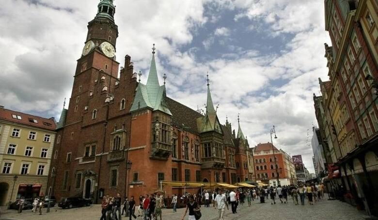 Wrocławski magistrat podobnie jak rząd nie ma własnych pieniędzy, to co wydaje pochodzi głównie od mieszkańców i firm działających w mieście.Zgodnie
