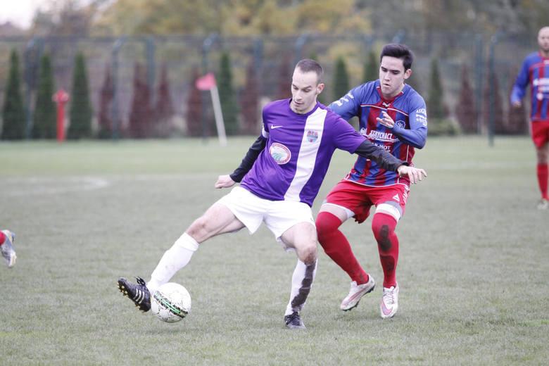 Damian Szpala (fioletowa koszulka) zdobył gola na 3-0 co praktycznie przesądziło o losach meczu