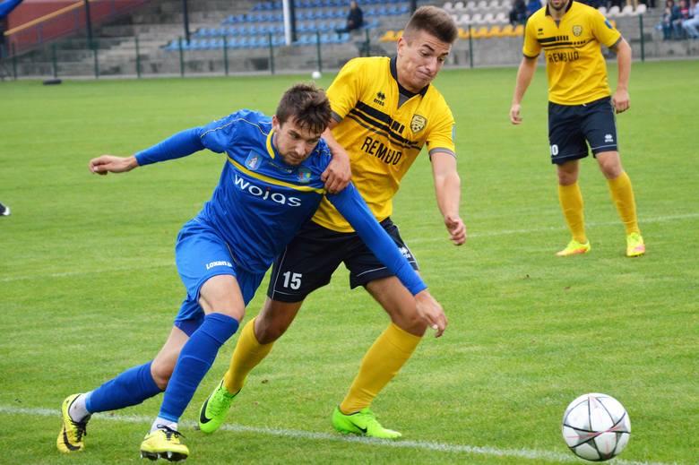 Ernest Świętek (w żółtej koszulce) zdobył swoją pierwszą serniorską bramkę w III lidze piłkarskiej. Jego atutem jest szybkość.