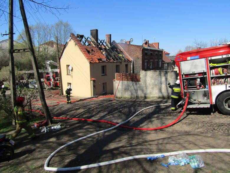 W pożarze w Połczynie-Zdroju dwie rodziny straciły dach nad głową. Trwa akcja pomocy pogorzelcom. W poniedziałek przed południem wybuchł pożar w domu