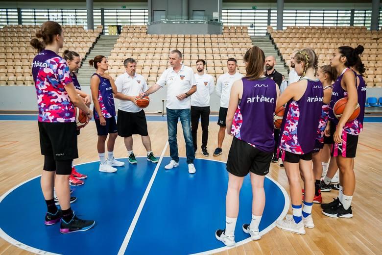 Koszykarki Artego Bydgoszcz w środowe przedpołudnie rozpoczęły przygotowania do nowego sezonu Energa Basket Ligi Kobiet. Na pierwszych zajęciach w hali