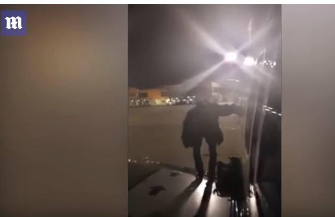 Sceny jak z filmu na lotnisku w Maladze! W głównej roli niecierpliwy Polak! Wyszedł z samolotu na skrzydło wyjściem awaryjnym [FILM]