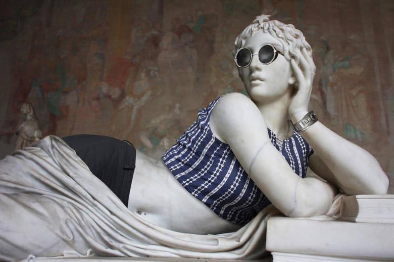 """Francuski fotograf Léo Caillard i dyrektor artystyczny Alexis Persani stworzyli wyjątkowy projekt. """"Ubrali"""" starożytne rzeźby znajdujące się w Luwrze"""