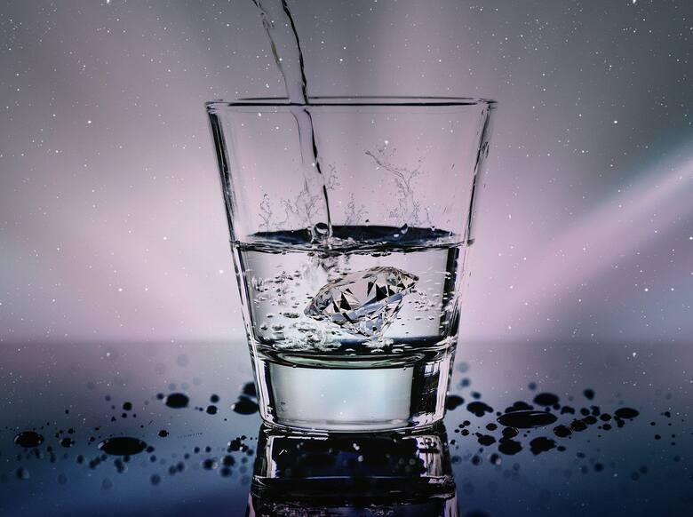 Pijesz za mało wodySpecjaliści zalecają, aby pić minimum 2 litry wody dziennie. Picie wody podkręca metabolizm, gasi nasze pragnienie, dostarcza składników