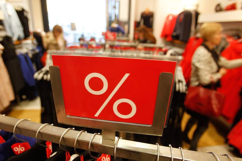 W rzeszowskich galeriach handlowych trudno znaleźć sklep, który nie kusiłby klientów niższymi cenami. Prym wiodą butiki z ubraniami.