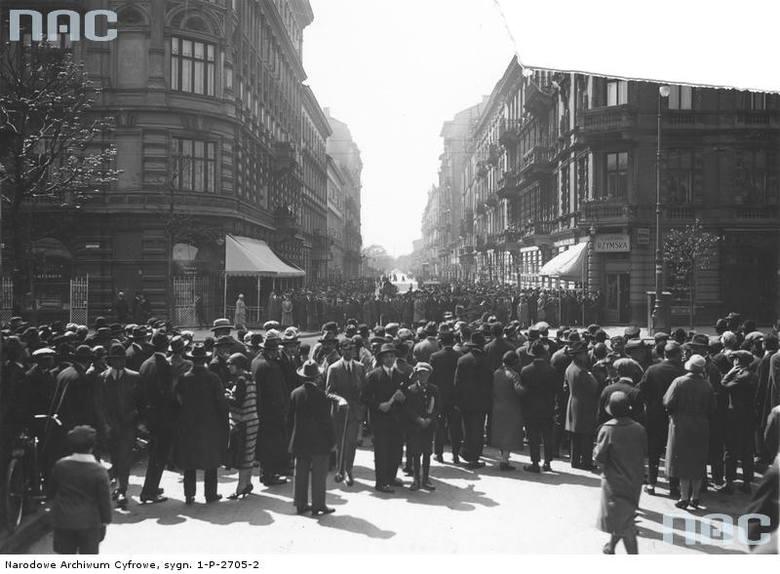 Tłum ludzi przyglądający się posterunkom wojskowym na rogu ulicy Marszałkowskiej Nowogrodzkiej.