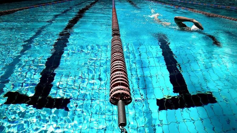 Wybierając miejsce do pływania często kierujemy się lokalizacją, ale też ceną. W ofercie basenów najczęściej występują bilety godzinne, chociaż w przypadku