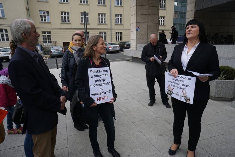 Justyna Socha podczas jednej z demonstracji organizowanych przez stowarzyszenie Stop Nop.
