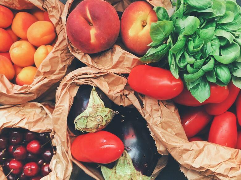 Domowe kosmetyki z warzyw i owoców są proste w przygotowaniu oraz tanie. Dostarczają skórze witamin, antyoksydantów oraz minerałów.