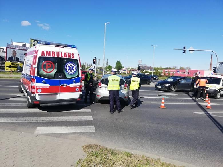 Dziś około godziny 16, na skrzyżowaniu ul. Mieszka I z ul. Bohaterów Warszawy doszło do wypadku. Zderzyły sie 2 samochody osobowe - honda i ford. Z ustaleń
