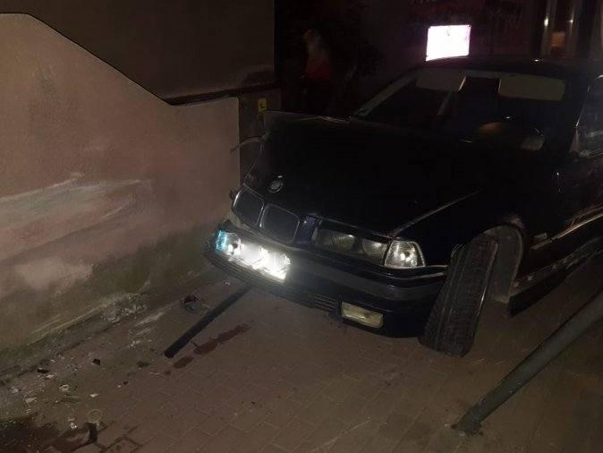 W sobotę na ul. Kadyiego w Jaśle nietrzeźwy kierowca bmw stracił panowanie nad samochodem i wjechał w budynek muzeum. W sobotę po godz. 23, dyżurny jasielskiej