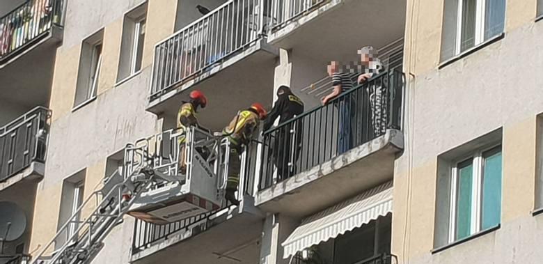 Po godzinie 17. w bloku przy ul. Czernika 12 interweniowała straż pożarna i policja.ZDJĘCIA I WIĘCEJ INFORMACJI - KLIKNIJ DALEJ