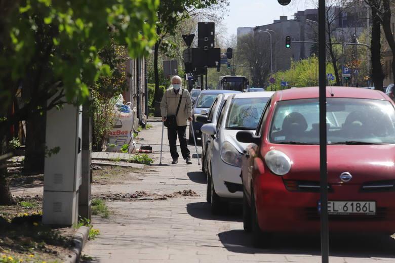 Urzędnicy wyznaczając miejsca parkingowe zwęzili chodnik tak, że dwie osoby nie miną się bez łamania przepisów o bezpiecznym dystansie. Społecznicy protestują,