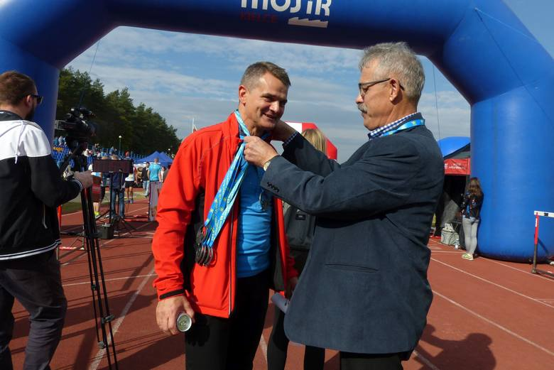 Na mecie rektor Uniwersytetu Jana Kochanowskiego w Kielcach , profesor Jacek Semaniak. Medal wręcza mu kielecki radny Tadeusz Kozior.
