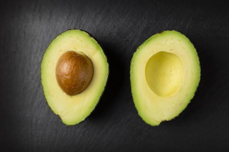 Awokado, czyli smaczliwka to owoc wywodzący się z Meksyku. Tłusty, kremowy miąższ dojrzałego awokado, to dobre źródło potasu, magnezu, cynku, kwasu foliowego,