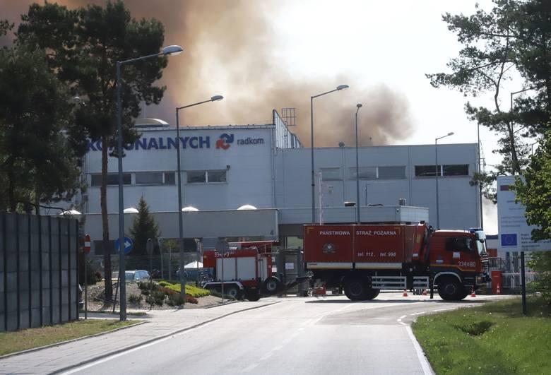 Pożar na wysypisku śmieci w Radomiu. Palą się śmieci, które składowane były na terenie jednej z firm. Na razie nie wiadomo co jest przyczyną tego pożaru,