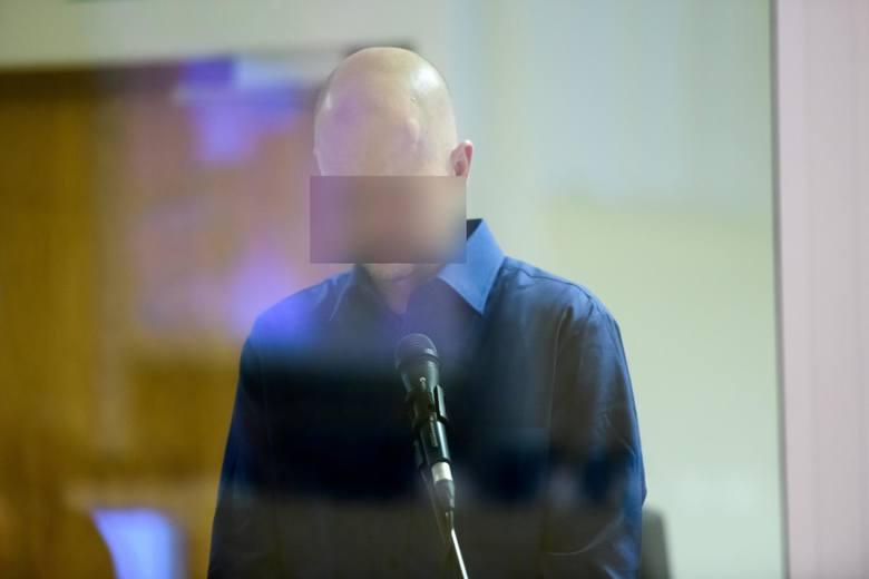 Tomasz J. jest oskarżony o zabójstwo swojej żony Beaty J., zabójstwo czterech kolejnych osób, usiłowanie zabójstwa 34 osób oraz doprowadzenie do wybuchu