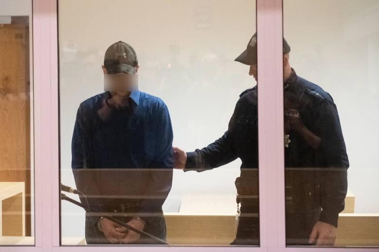 Tomasz J. jest oskarżony o zabójstwo swojej żony Beaty J., zabójstwo czterech kolejnych osób, usiłowanie zabójstwa 34 osób oraz doprowadzenie do wybuchu kamienicy na Dębcu.