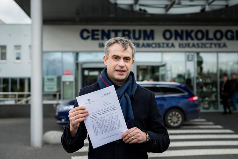 Krzysztof Gawkowski na konferencji prasowej przed Centrum Onkologii w Bydgoszczy 17 lutego 2020 r.