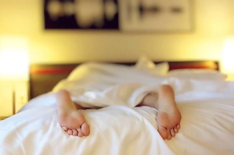 Lodowaty prysznic może pomóc ci zasnąć, ale na dłużej pomoże ciepła kąpiel. Dlaczego? Otworzy pory i łatwiej będziesz oddawać ciepło.