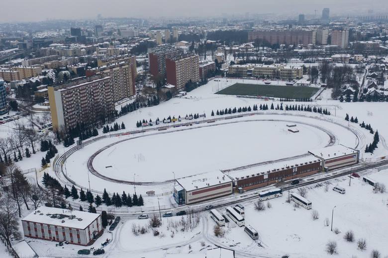 Stadion przy ul. Wyspiańskiego w zimowej scenerii, ale sztuczna murawa jest gotowa do gry.