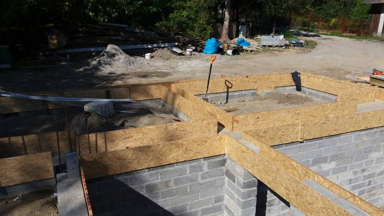 Dzięki akcji pomocy rozkręconej przez Marcina Górala, niepełnosprawny Kamil Kielar i jego mama Krystyna wkrótce zamieszkają w nowym domu.  Nz. budowa nowego domu.