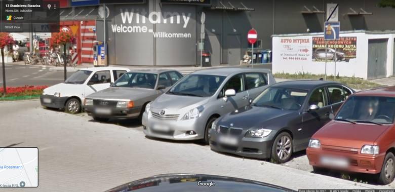 Jakimi samochodami jeździliśmy po Nowej Soli jeszcze kilka lat temu. Kamery Google Street View uchwyciły modne wtedy pojazdy [Zdjęcia]