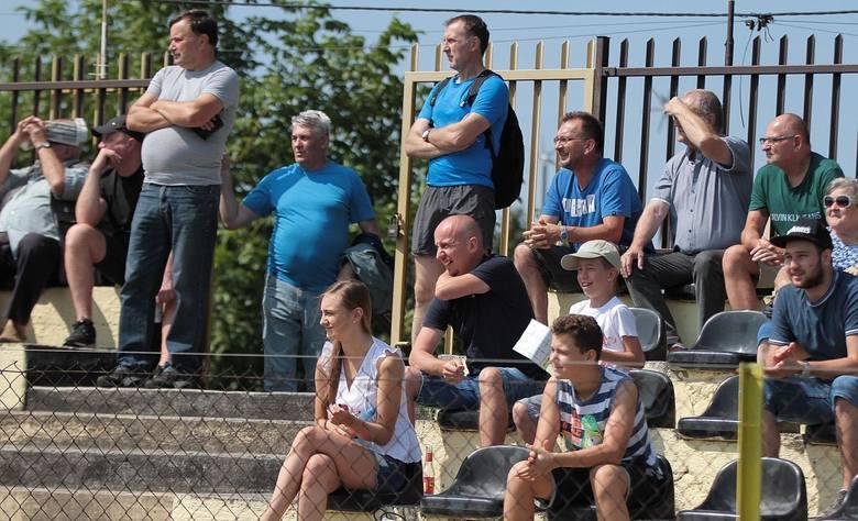 Wieczysta Kraków. Piękne fanki, które bywały na meczach drużyny z klasy okręgowej [ZDJĘCIA]