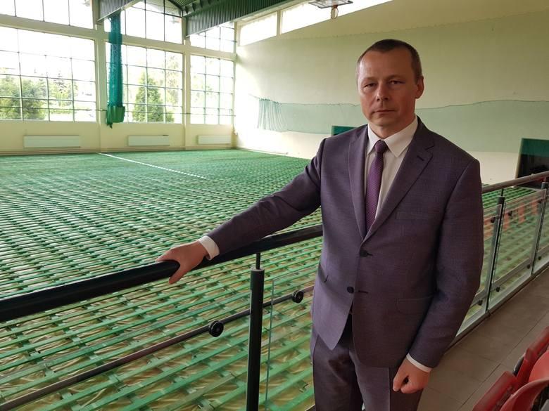 Burmistrz Opatowa Grzegorz Gajewski osobiście nadzoruje postęp prac przy modernizacji parkietu w hali sportowej przy Szkole Podstawowej numer 2.