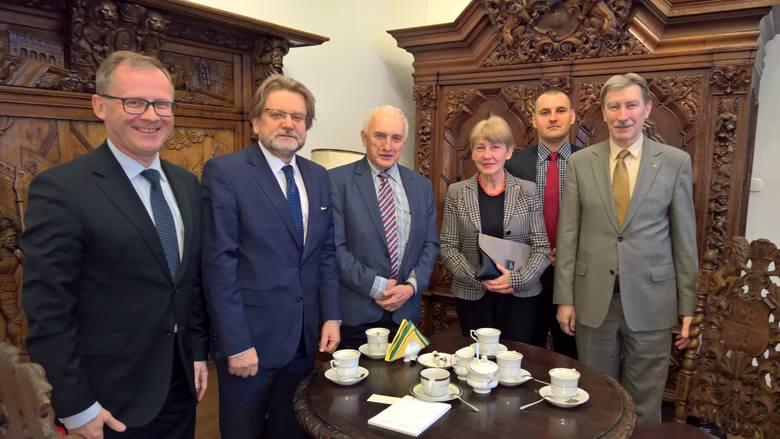 Od lewej: wicemarszałek Roman Kolek, Jarosław Pinkas - sekretarz stanu w Ministerstwie Zdrowia, poseł Jerzy Żyżyński (PiS), prof. Wiesława Piątkowska-Stepaniak,
