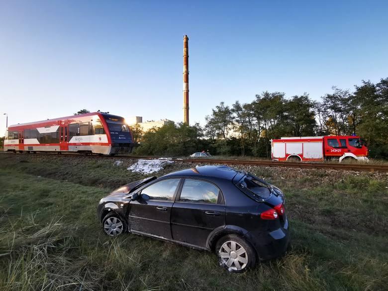 Do groźnego wypadku doszło w poniedziałek na ulicy Twardej w miejscowości Grębocin (powiat toruński). Pociąg zderzył się z samochodem osobowym. Jedna