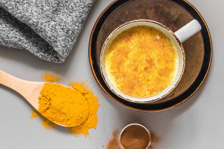 ZŁOTE MLEKOJest to jeden ze słynniejszych naparów leczniczych, oparty o mleko kokosowe, kurkumę i opcjonalnie inne przyprawy. Jego niesamowite właściwości