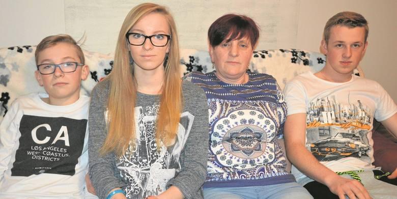 Krystyna Olesiak (druga z prawej)  walczy o 500 plus dla trójki swoich dzieci. Od lewej: 13-letni Daniel, 17-letnia Justyna i 18-letni Bartek