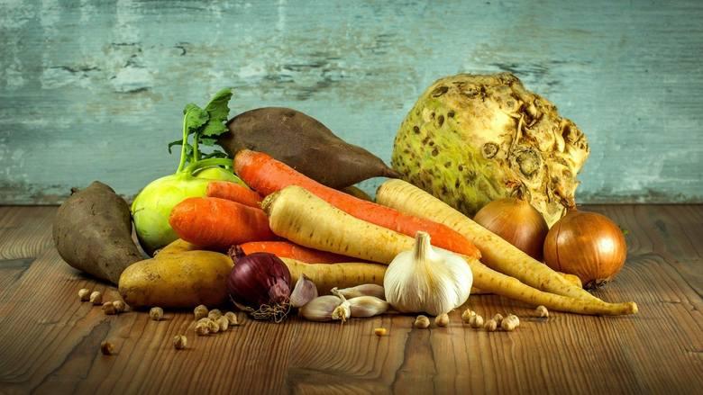 Zastanawialiście się ile otrzymuje rolnik za wyhodowane warzywa, a ile my płacimy za nie w sklepach? Krajowy Ośrodek Wsparcia Rolnictwa, który monitoruje