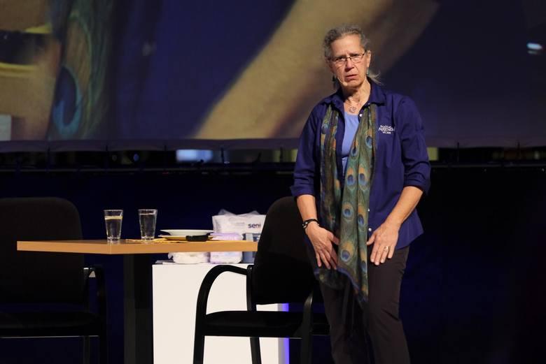 Teepa Snow zrewolucjonizowała myślenie o opiece  nad osobami z chorobami otępiennymi. Jej wystąpienie w Toruniu, jedyne w Polsce, przyciągnęło tłumy