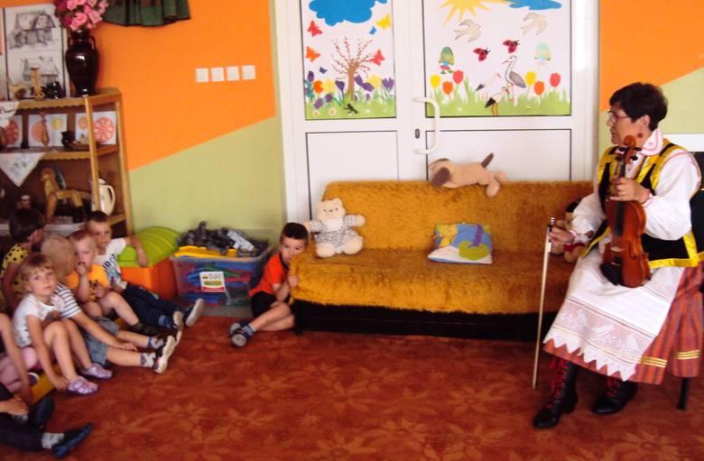 Dzieci poznały piosenki i tańce kurpiowskie, a także stroje ludowe.