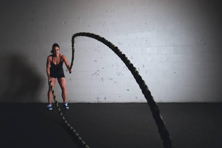 Trening HIIT to aktywność typu kardio, która wiąże się z przyspieszoną pracą serca i zwiększonym krążeniem krwi w całym ciele, a to sprzyja zdrowemu
