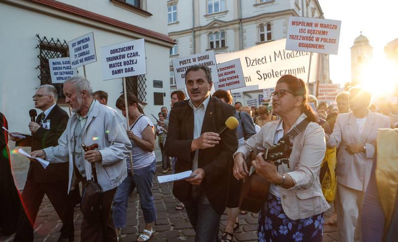 Ponad 200 osób przemaszerowało ulicami 3-go Maja i Kościuszki do Rynku, gdzie odczytany został apel trzeźwości do mieszkańców Rzeszowa i Polski. Apelowano