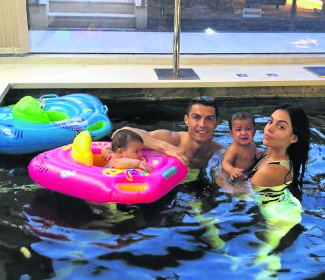 Cristiano Ronaldo jest nieco starszy, bo ma lat 32, za to już liczną rodzinę. Mieszka z czwórką dzieci i swoją partnerką w domu w Madrycie, którego wartość