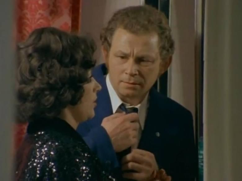 """Odcinek pierwszy """"Major opóźnia akcję"""". Na zdjęciu Barbara Bargiełowska jako Iza oraz steward, którego zagrał Witold Dębicki. <br /> W latach 1989-2010 był aktorem Teatru Nowego w Poznaniu."""