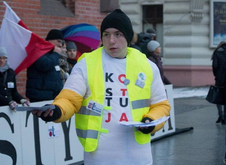 16 letni Paweł Wenderlich spod Torunia wieszał dziecięce buciki na bramie katedry w proteście przeciwko księżom pedofilom, teraz ma kłopoty.- Absurdalna